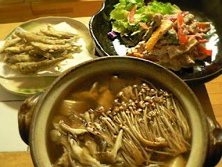 夕食の献立 ワカサギのから揚げ 彩サラダ タラとキノコの鍋