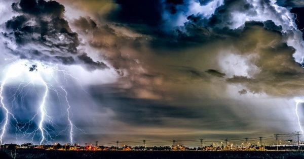 «Προ των πυλών» η κακοκαιρία στην Αττική - Καταρρακτώδης βροχή σε Σπάτα - Χαλάζι στα Μεσόγεια