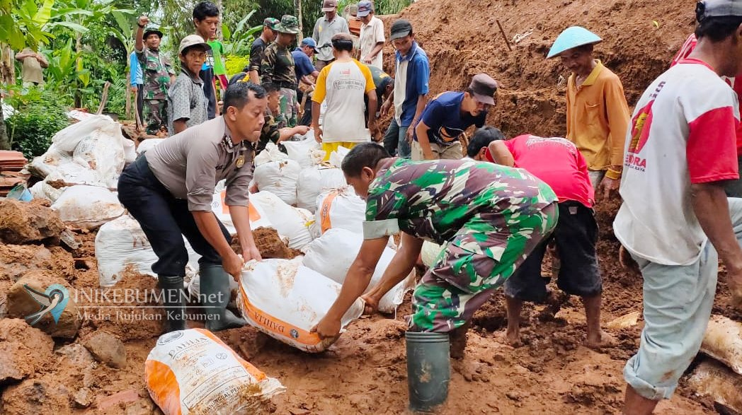 Longsor Memutus Akses Jalan Penghubung Dua Pedukuhan di Kajoran Karanggayam