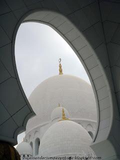 Perspectiva de una de las cúpulas de la Mezquita Sheikh Zayed o Gran Mezquita de Abu Dhabi