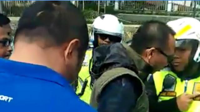 Sekelompok Pria Tak Dikenal Muncul Saat Polisi Menghentikan Mobil Berplat Polri Jadi Viral