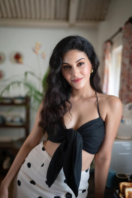 Amyra Dastur Shows Off Her Sexy Cleavage Actress Trend