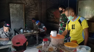 Temui Warga Yang Tak Pakai Masker Di Warung Kopi, Babinsa Sosialisasikan Pencegahan Covid-19