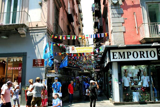 vetrine, turisti, gente, palazzi, quarieri spagnoli Napoli