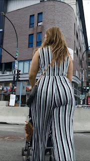 Hermosa señora ropa entallada cola redonda