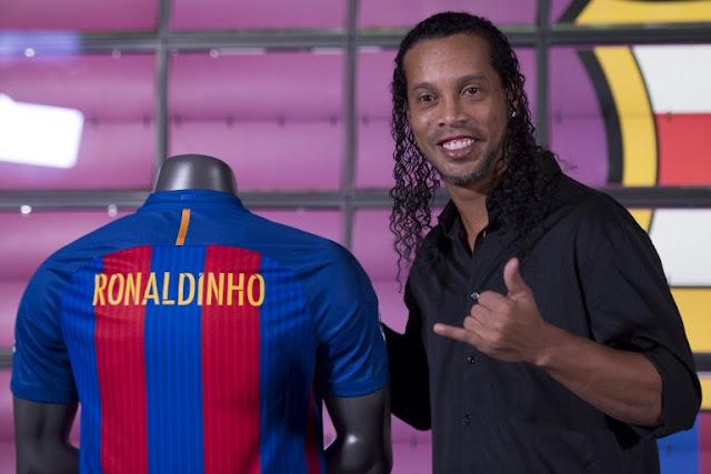 Ronaldinho já tem data pra estrear como embaixador do Barcelona (Foto: Josep Lago/ AFP)