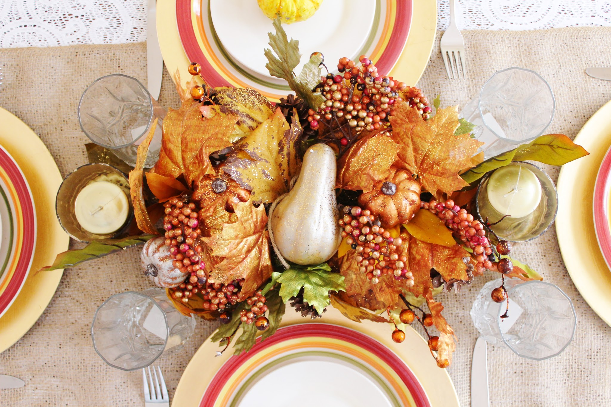 How to set a table for Thanksgiving. Thanksgiving table. Thanksgiving table setting ideas. Traditional Thanksgiving table setting. Thanksgiving table setting with food. DIY Thanksgiving table settings. Thanksgiving table with food. Modern thanksgiving table setting. Inexpensive Thanksgiving table decorations. #thanksgiving #holiday #table #home #decor #diy #tablescape #fall