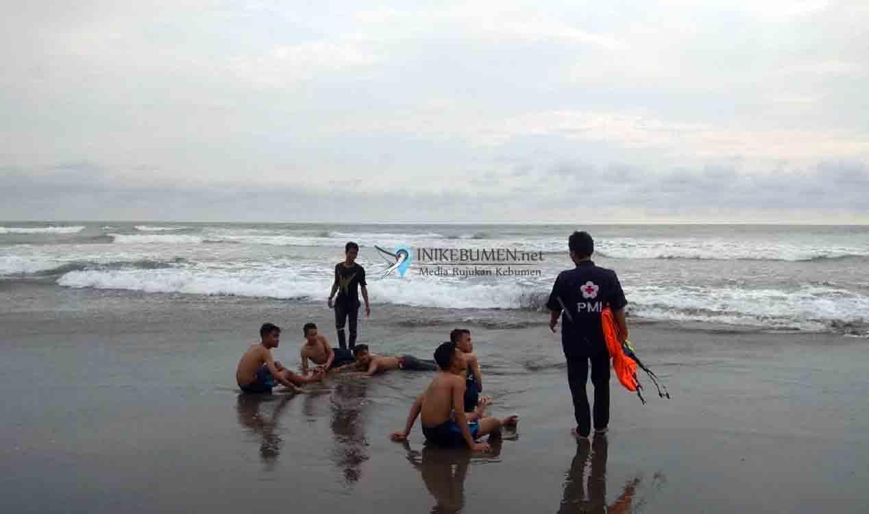 Sepasang Kekasih Asal Purbalingga Terseret Ombak Pantai Setrojenar