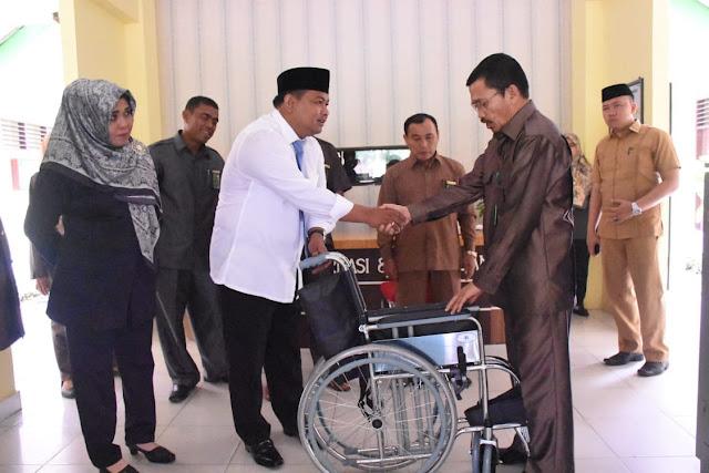 Walikota Tanjungbalai H M Syahrial saat menyerahkan bantuan yang diterima oleh Drs Abdul Rauf, Ketua Pengadilan Agama Kota Tanjungbalai, Selasa (7/8).
