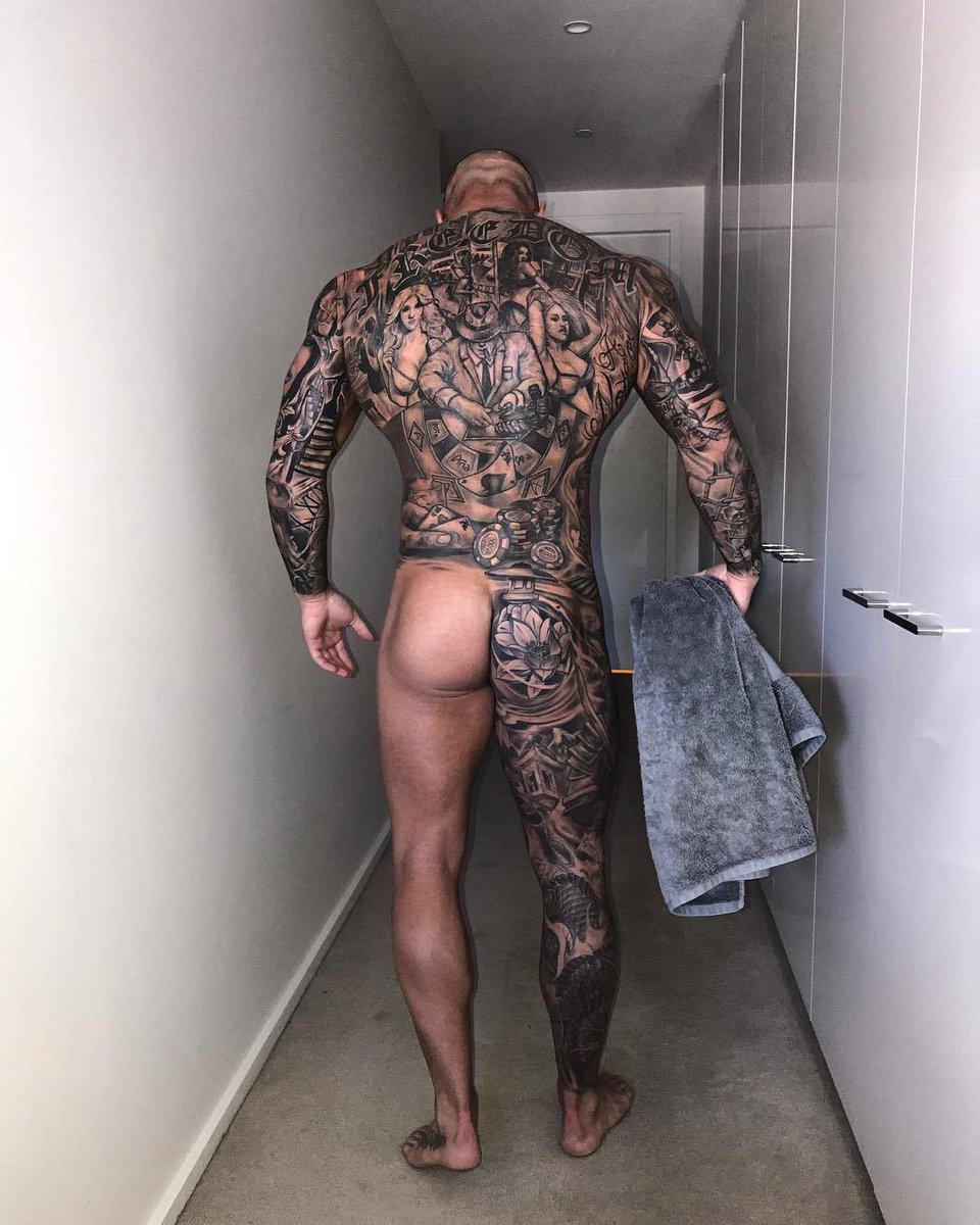 el tatuador a la ducha