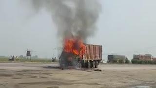 शिवसागर में राष्ट्रीय राजमार्ग-2 पर एक ट्रक में लगी अचानक आग, बीच सड़क पर मचा अफरातफरी