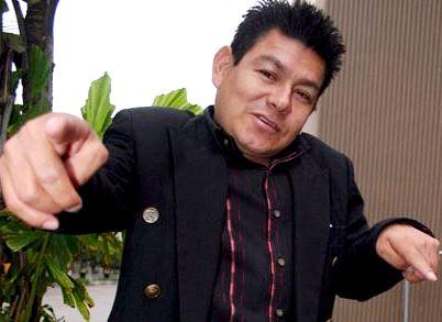 Foto de Dilbert Aguilar apuntando con el dedo