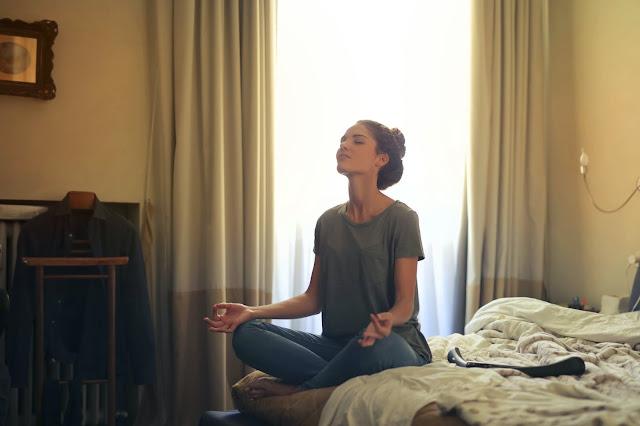 Meditasi untuk menenangkan mindset itu perlu lho.
