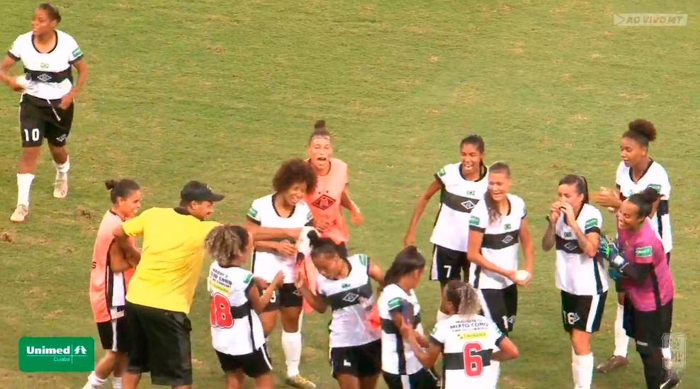 Atletas do Mixto comemoram gol na Arena Pantanal