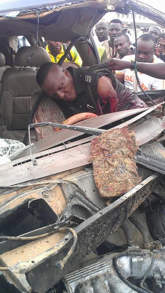 Graphic photos: Policeman loses arm as he tried to arrest motorist in Lagos