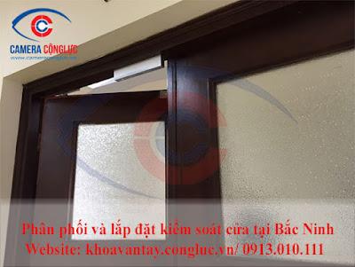 Khóa điện (Electronic Lock) được lắp đặt trên cửa.
