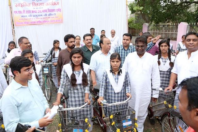 नए सत्र की शुरुआत में साइकिल, पुस्तके पाकर छात्राओं के चेहरे खिले.. प्रभारी मंत्री प्रभुराम चौधरी ने स्कूल चले अभियान का शुभारंभ, प्रतिभाओं का सम्मान किया.. जिला योजना समिति की बैठक में लिए गए अहम निर्णय...