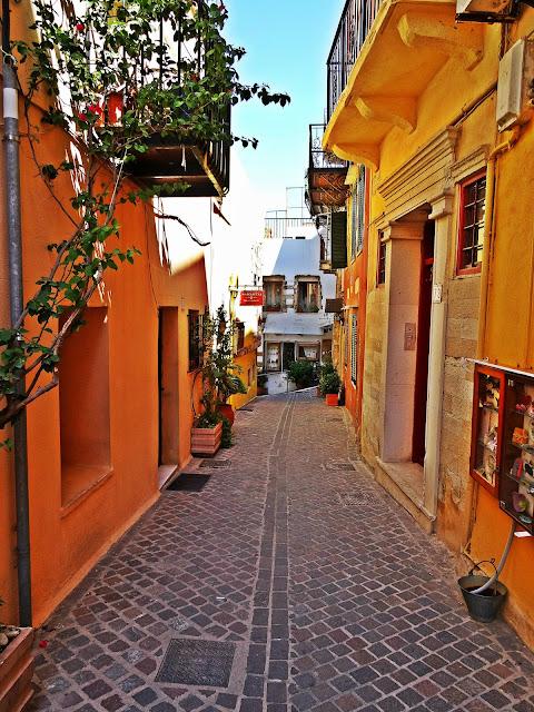 wąskie uliczki w greckich miasteczkach