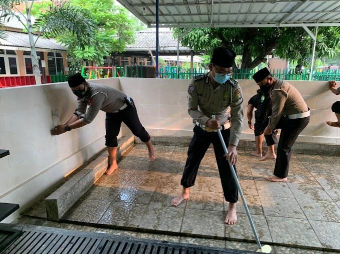 Bersihkan Masjid,  Personil Samsat Depok Sumbang Mukena dan Sarung