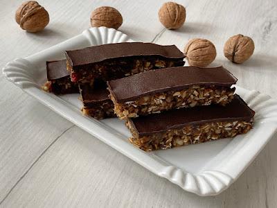 Batoniki daktylowe z płatkami owsianymi i czekoladą