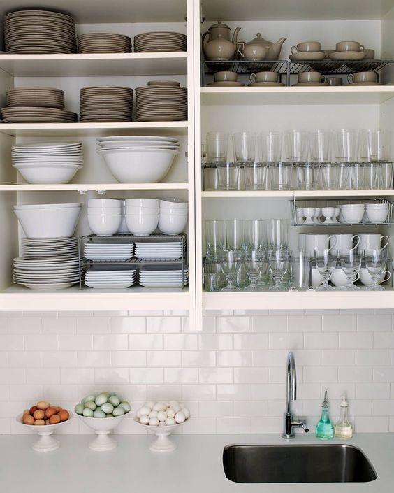 como guardar o ordenar la vajilla en tu cocina con el método konmari de Marie Kondo la magia del orden