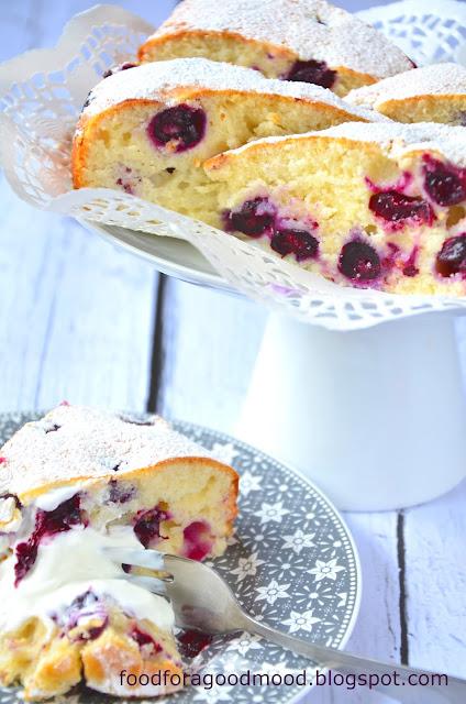 Ciasto jogurtowe to powszechnie znany i bardzo często stosowany we francuskich domach przepis. Jest lekko chrupiące z zewnątrz, mięciutkie w środku i ma jedną zasadniczą zaletę... Można przyrządzić je praktycznie ze wszystkim. Doskonale sprawdzą się w tej roli owoce: borówki, jagody, maliny, morele, wiśnie czy śliwki (również mrożone), natomiast fani czekolady mogą je zastąpić groszkami lub posiekaną białą czekoladą.   Ten ekspresowy przepis jest idealnym rozwiązaniem w przypadku niezapowiedzianych gości, albo gdy na szybko chcemy przygotować coś słodkiego np. na podwieczorek. Podany z kleksem kwaśnej śmietany smakuje wybornie! :)