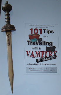 Portada del libro 101 Tips for Traveling With a Vampire, de Joleene Naylor y Jonathan Harvey