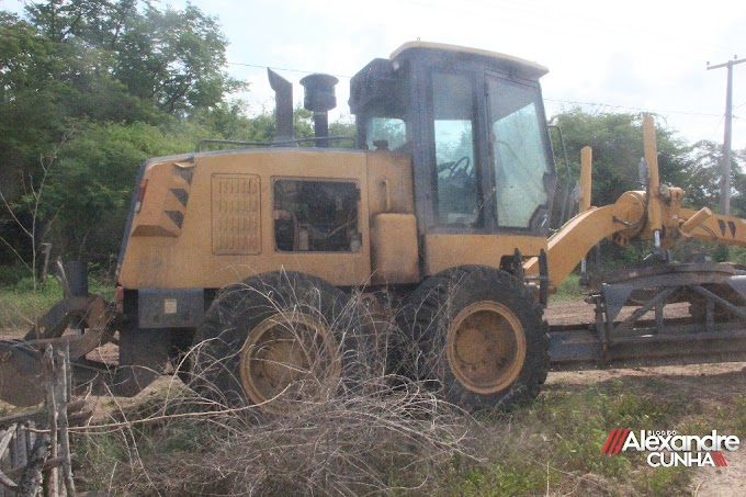 FLAGRANTE! Máquina da prefeitura de Chapadinha está quebrada em propriedade do prefeito Magno Bacelar, faltando poucos dias para o fim do Governo.