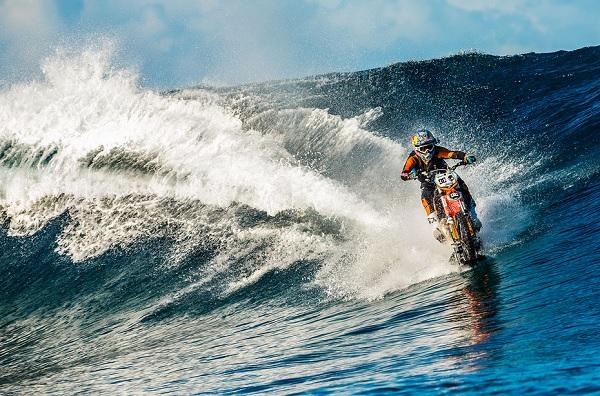 No te pierdas este impresionante video de Robbie Maddison surfeando con su moto en Tahití