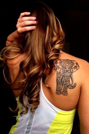 É um elefante coberto em um padrão de mandala, muito legal, hein?