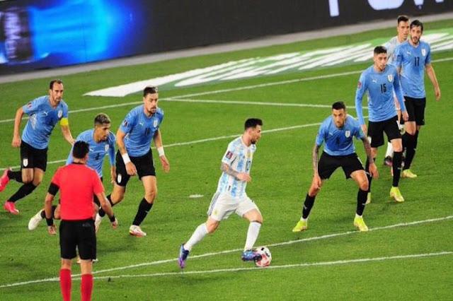 الأرجنتين تتفوق على أوروجواي بثلاث اهداف وميسي يعزز الرقم القياسي
