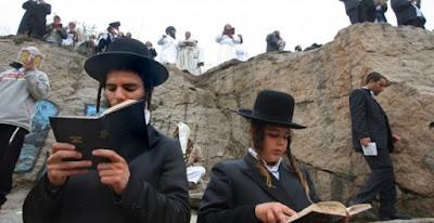 Según datos publicados esta semana indican que el número de ultraortodoxos que consagran su vida a los estudios religiosos se ha incrementado en el último año. La mayor parte de la comunidad ultraortodoxa de Israel vive en su propio mundo y muy alejada de la comunidad secular.