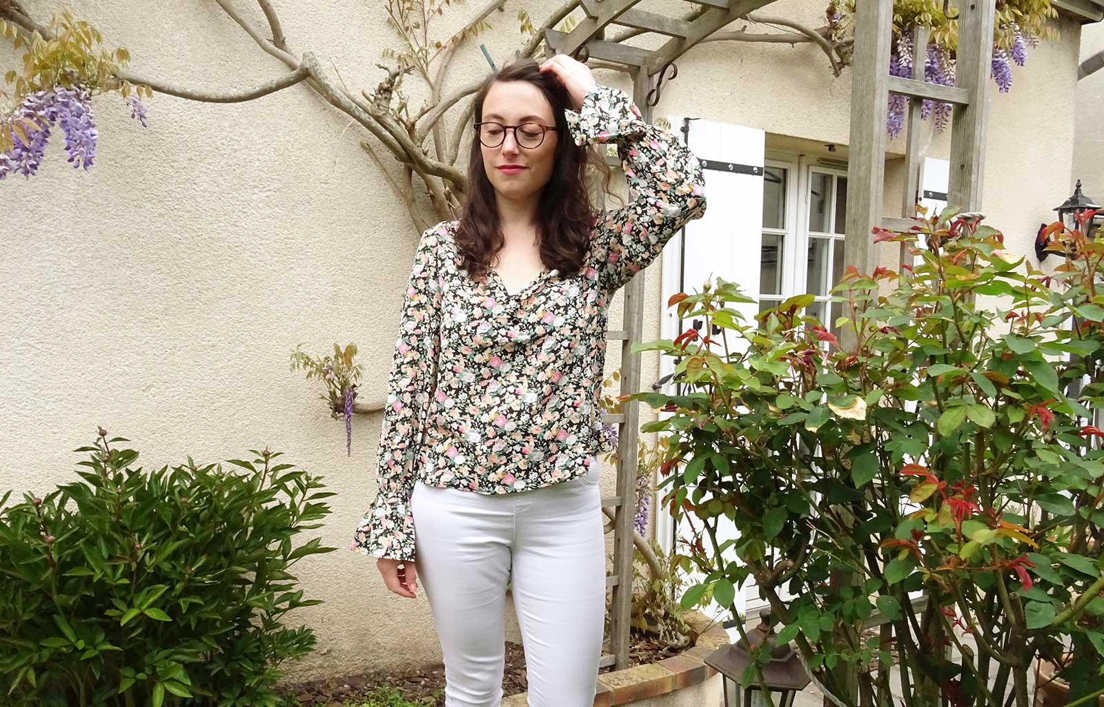 look blouse fleurie SHEIN pantalon blanc primark veste kaki etam ballerines noires