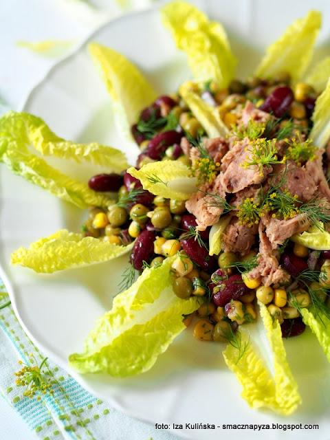 salata z warzywami straczkowymi, warzywa konserwowe, warzywa straczkowe, groszek, kukurydza, fasolka czerwona, smaczna salatka, trzy kolory, tunczyk z puszki, na kolacje