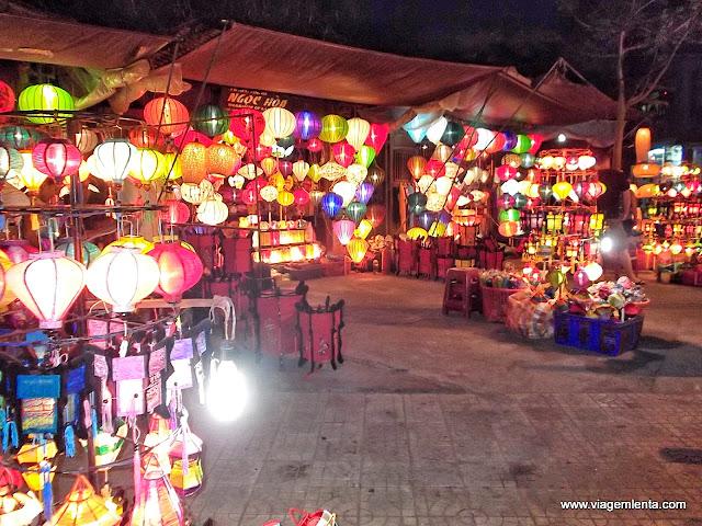O colorido comércio das luminárias