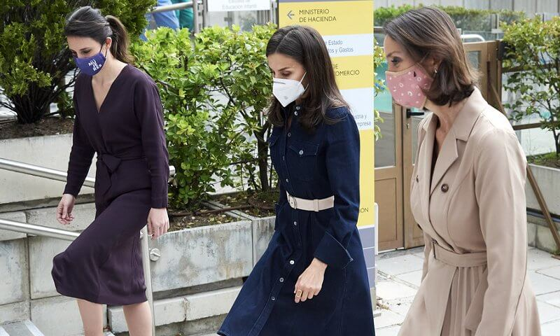 Queen Letizia wore a caddli stretch denim dress by Hugo Boss, and beethoven earrings by Tous. Minister Reyes Maroto and Minister Irene Montero
