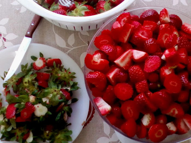 Limpiado y seleccionando las fresas para conservas
