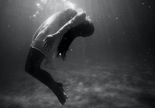 foto de mulher em agua