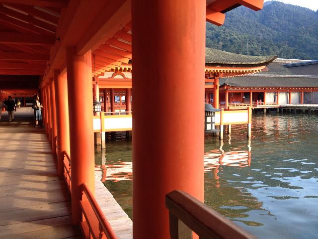i corridoi del santuario che si affacciano sull'acqua