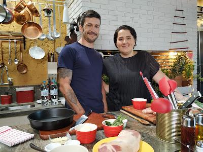 Lela Zaniol e Diogo Carvalho comandam a apresentação do programa. Crédito: Mariana Dambrós.