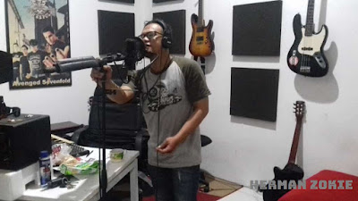 Herman Zokie saat take vocal lagu hijrah