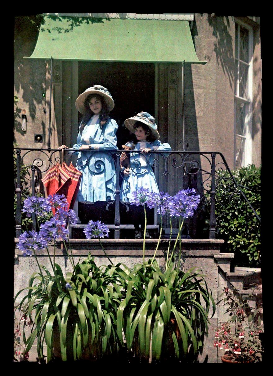 40 Old Color Pictures Show Our World A Century Ago - Two Girls On A Balcony, 1908