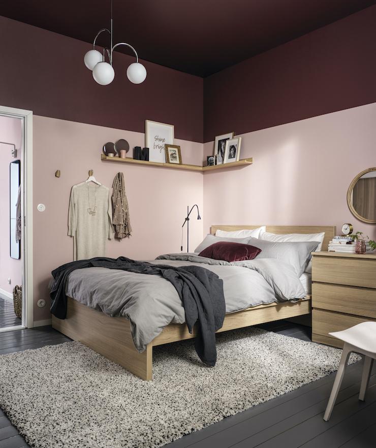 Nuevo catálogo IKEA 2021 dormitorios: dormitorio con lámpara de brazos.