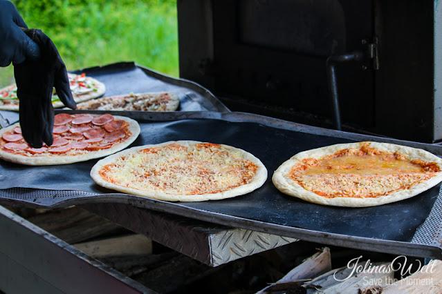 Pizza bereit für in den Holzofen - S Herrmaennche hilft