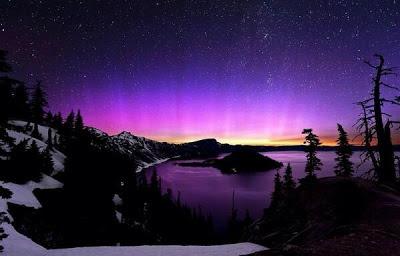 Vista nocturna de un lago