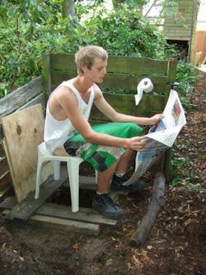 Außenklo Spaßbilder - Im Garten entspannen mit Zeitung