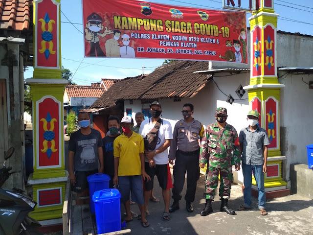 Babinsa Koramil 23/Ceper Bersama Bhabinkamtibmas Dan Masyarakat Membuat Kampung Siaga Covid-19