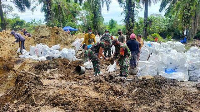 Bendungan Sungai Dibuat Personel Jajaran Kodim 0207/Simalungun Pada Kegiatan Pra TMMD Ke-112 Tahun 2021