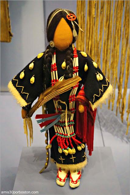 Dancer Doll de Cecilia Fire Thunder en el Museo Nacional de los Indios Americanos en Nueva York