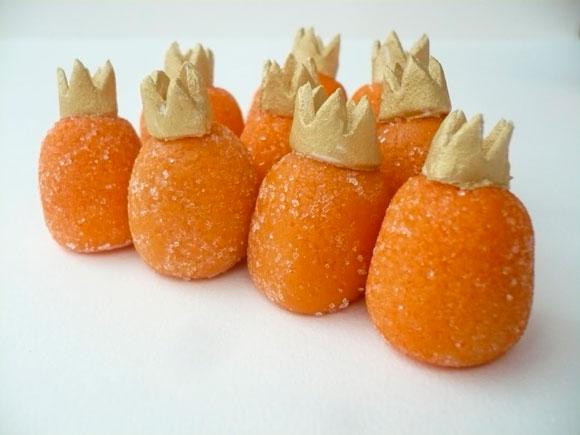 bonbons van marsepein met kroon